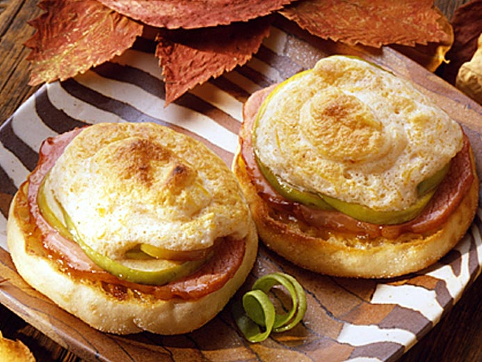 CANADIAN BACON AND CHEDDAR MUFFIN PUFF